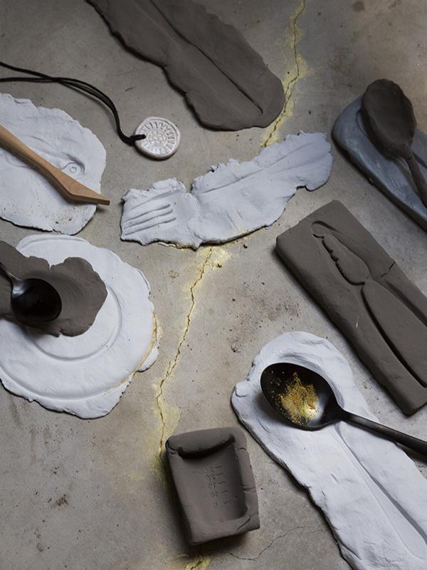 Spullen van klei (eigen), Keramieken muntje en houten kleimes (Keramikos), Zwarte lepels (Sissy-Boy)