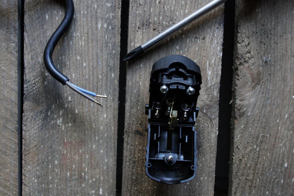 Stap 1: Maak het snoer met behulp van een schroevendraaier vast. Schroef de stekker los en verbind de gestripte snoeren met de stekker.