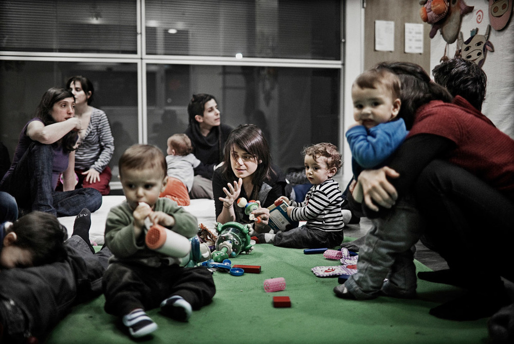 Babalia is a group of parents taking turns looking after each others children with the help of Martina, a professional baby sitter; an alternative solution to the increased nursery fees. Barcelona