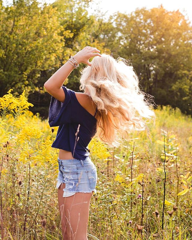 Bringing in this fab first day of spring like ☀️☀️☀️ #suzannemellottphotography #defineyoursenioryear #youaremysunshine