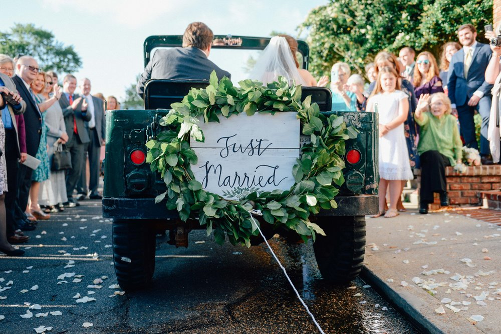 just married sign on back of jeep