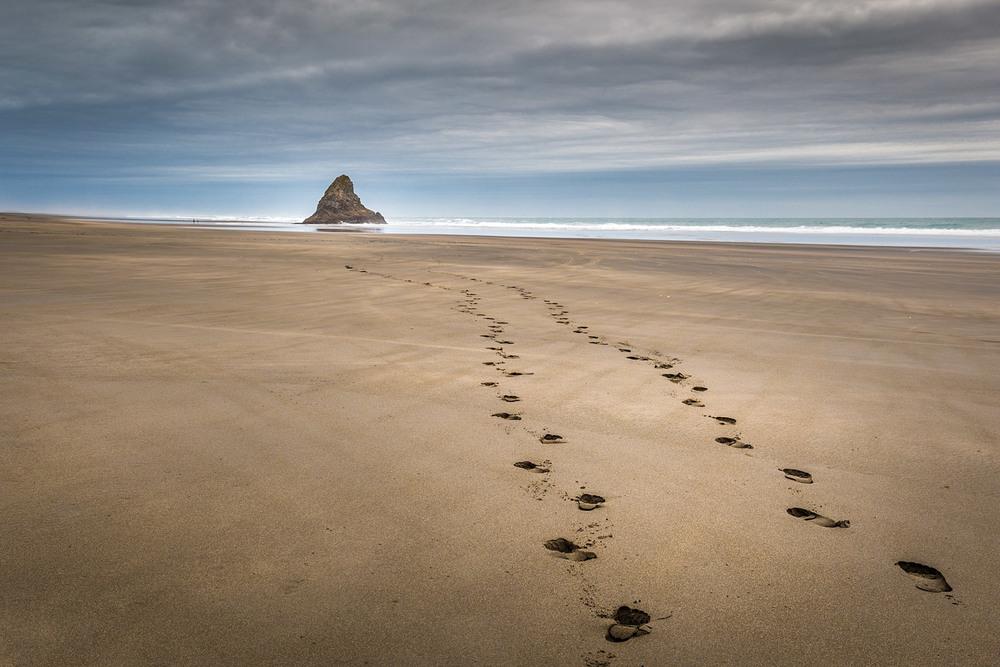 Karekare footsteps | 33mm | 1/6 sec | f11 | ISO100
