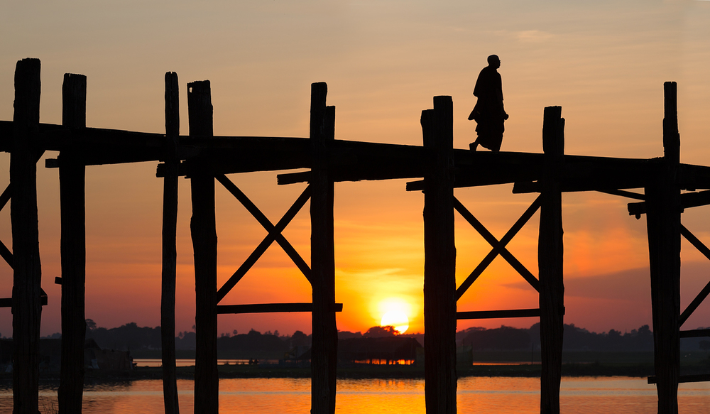 Crossing the U Bein Bridge | 150mm | 1/250th sec | f7.1 | ISO 100