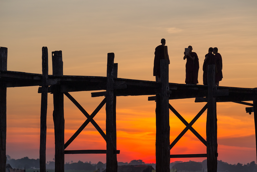 Young monks on U Bein Bridge | 170mm | 1/320th sec | f6.3 | ISO200