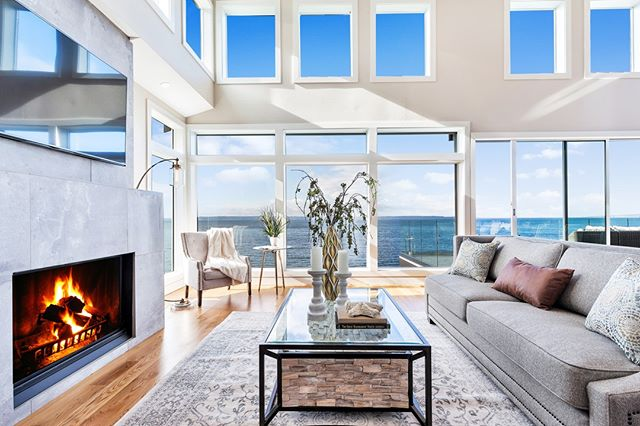 Tag someone you think would love to live here! 🙋‍♀️This stunning property was just listed by @nikoraptishomes for $2,999,888! The Northwest contemporary home's floor to ceiling windows perfectly frames its breathtaking view of the Puget Sound and the Olympic Mountains.