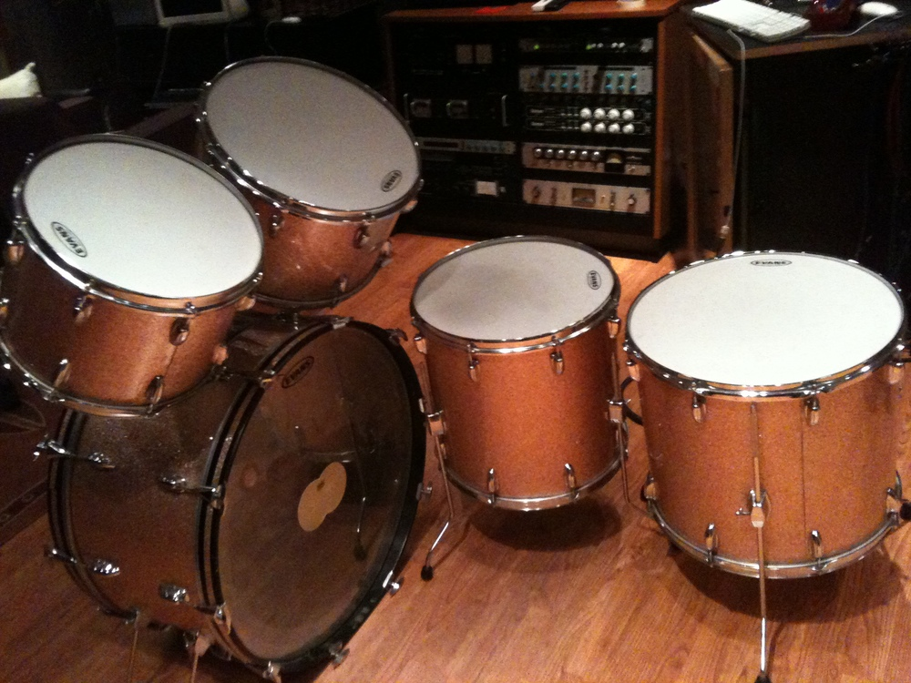 "26"" kick, 13"" and 14"" rack toms, 16"" and 18"" floor toms"