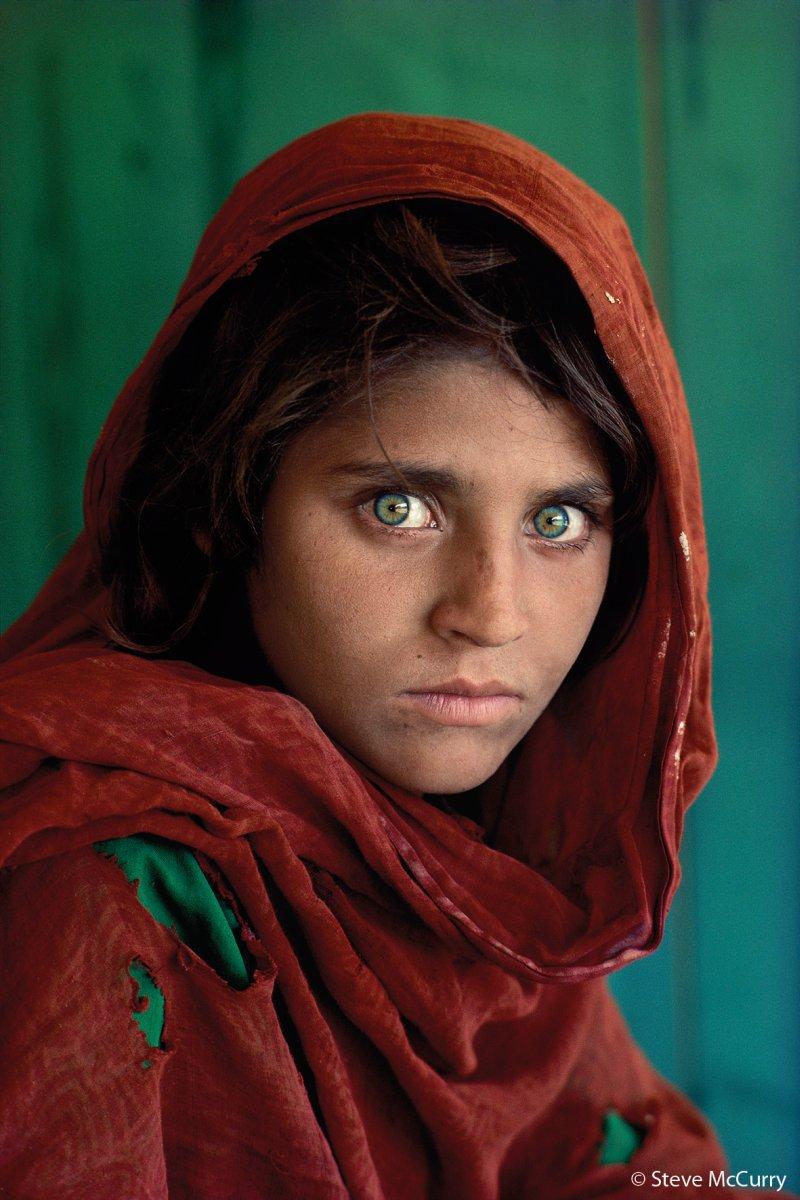 Sharbat Gula fue fotografiada cuando tenía 12 años. Fue en el campamento de refugiados Nasir Baghde Pakistándurante la Guerra de Afganistán (1978-1992). Su foto fue publicada en la portada de National Geographicen junio de 1985y, debido a su expresivo rostro de ojos verdes, la portada se convirtió en una de las más famosas de la revista.