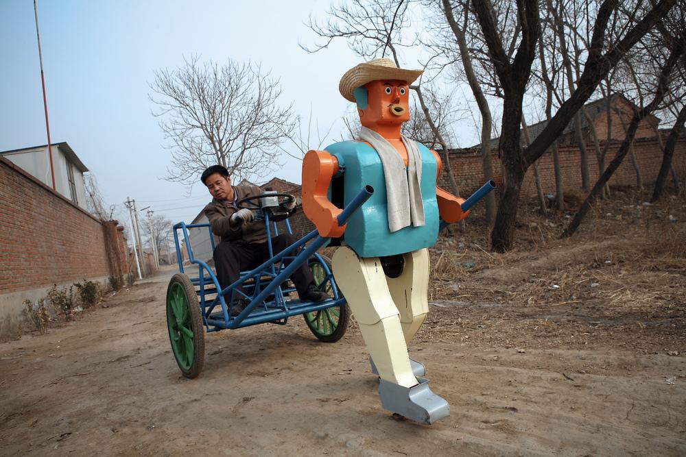 王溦摄J218--农民造机器人.jpg