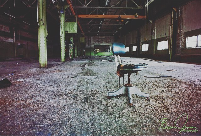 Flakey • • • • • #abandoned #abandonedplaces #lonechair #urbex #urbanexploration #urbanexplorer #urbanexploring #decay #urbandecay #lost #peel #rust #ig_urbex #visualart #forgottenplaces #faded #peeling