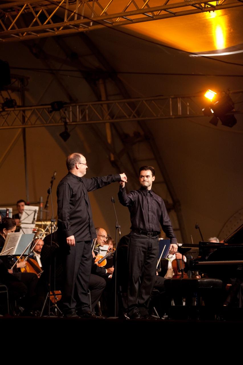 Schlußapplaus mit Dejan Lazic und den Nürnberger Philharmonikern   (Foto: Thomas Langer)