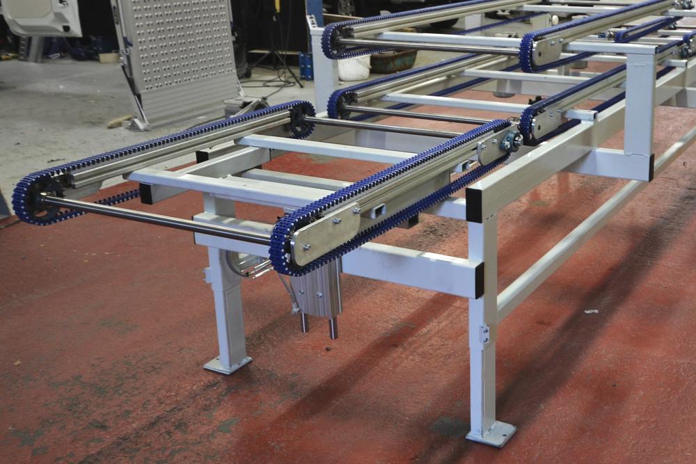 NIVÅFÖRFLYTTNING JRL har erfarenhet av att flytta gods till en annan nivå med lyftar i transportbanor till ett pallet system.