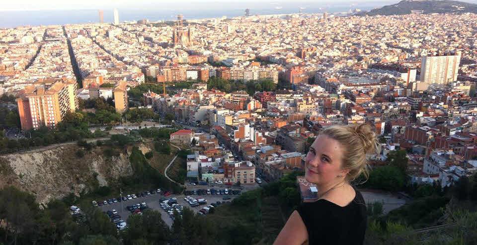 Stina vid en av Barcelonas svindlande utsiktsplatser