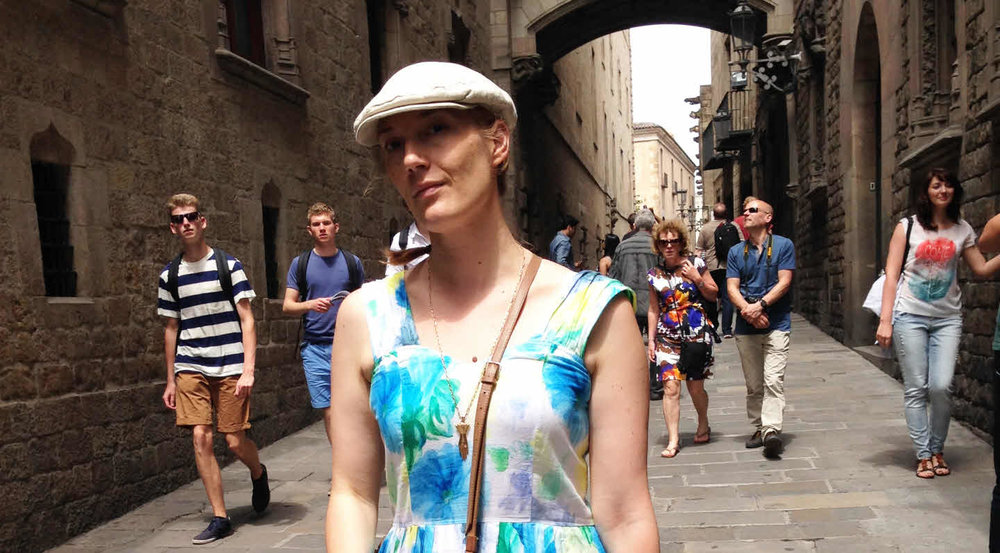 Vendela på stadspromenad i Barrio gotico