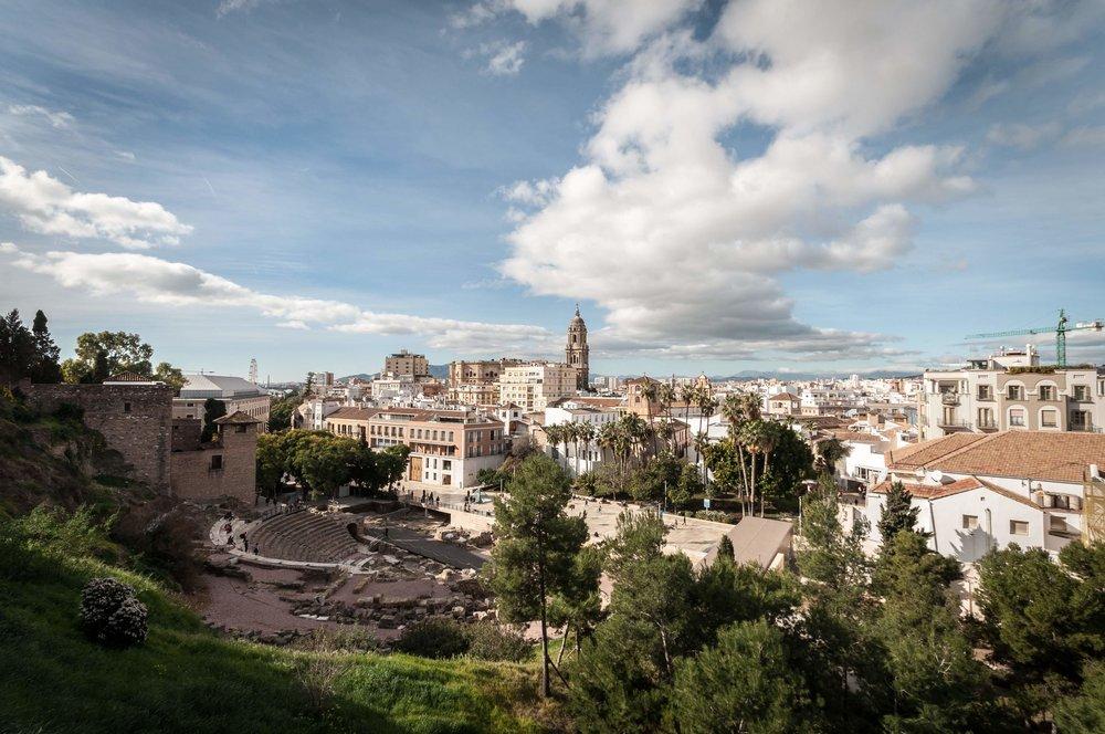 Vy över en av Málaga centrum och romersk teater.