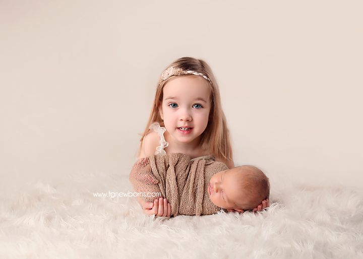 sibling newborn pose