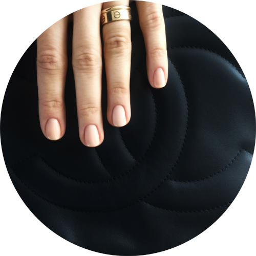 On the ring finger you can see the matte finish of Le Top Coat Velvet Sull'indice il finish opaco de Le Top Coat Velevt