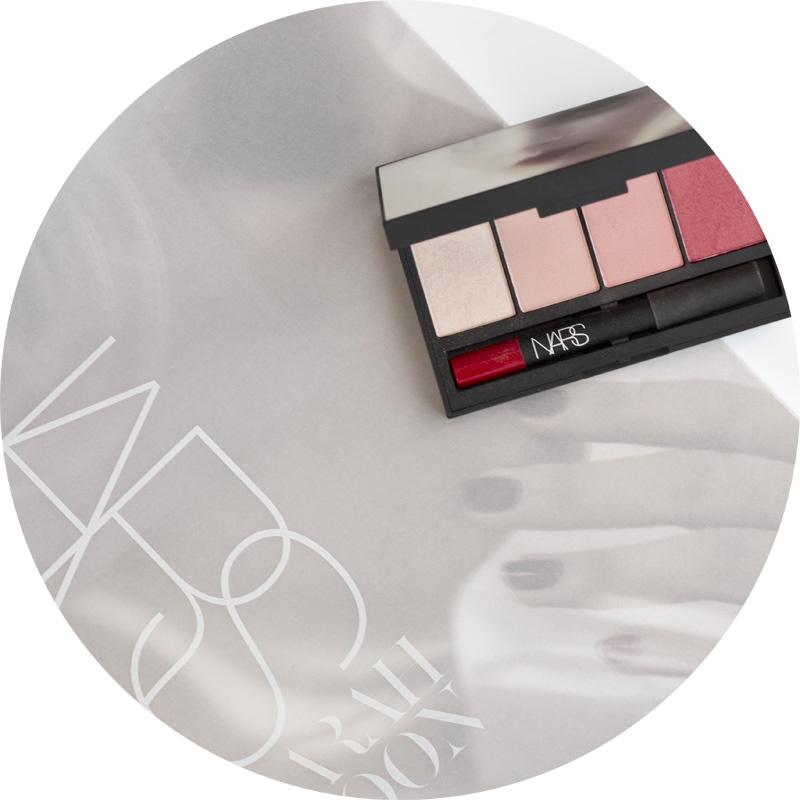 Sarah Moon for Nars Holiday 2016 Collection - True Story Cheek and Lip Palette - Devotee, Myth, Unwritten e Outlaw - Velvet Matte Lip Pencil in Mysterious Red copy.jpg