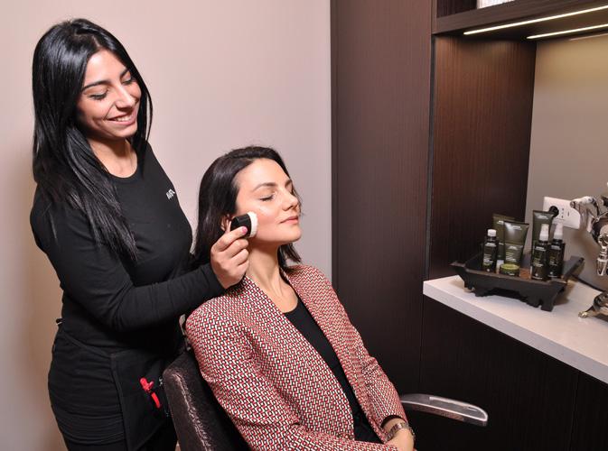 Il massaggio nella Beauty Room Aveda con il brush del rituale  Tulasara