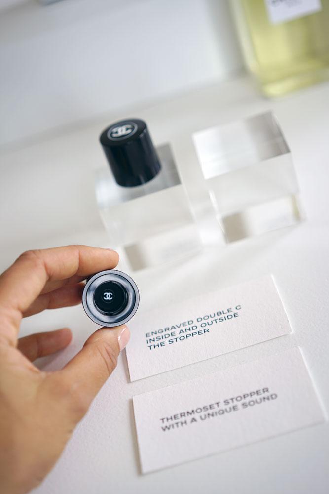 Il tappo in thermodour ha un suono unico e al suo interno riporta la prima della doppia C, un dettaglio che evoca l'importanza che Chanel conferisce da sempre alle fodere interne dei capi.