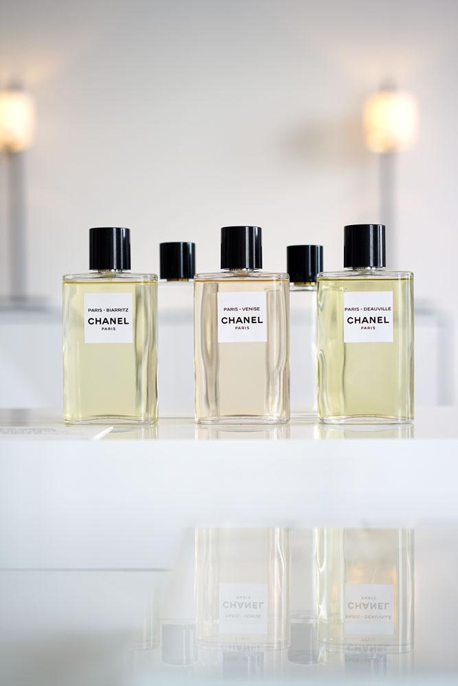 Il vetro più sottile rende il flacone de Les Eaux De Chanel più leggero, più trasparente. La forma arrotondata si adatta al palmo della mani, facendo percepire il profumo al primo tocco.