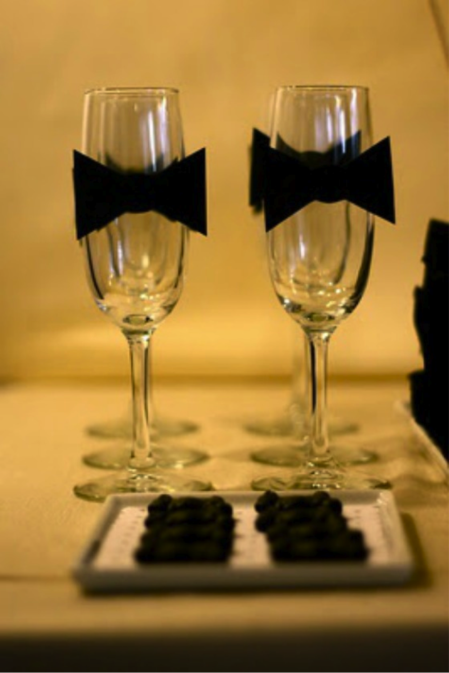 { Via } If you're looking to celebrate in style and have some cocktails like Matthew McConhaughey, Sandra Bullock, and Brad Pitt, put on your DIY hat and make some bow tie champagne glasses.
