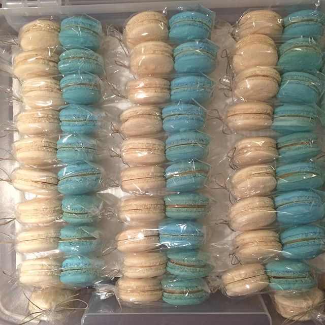 White #vanilla & blue #peanutbutterandjelly #macarons for a lovely #Brooklyn #wedding last #summer. That's right: we here at @theloveconfection are all about customizing our #macbabies just the way you like them 😁 #tbt #almonds #delicious #celebration