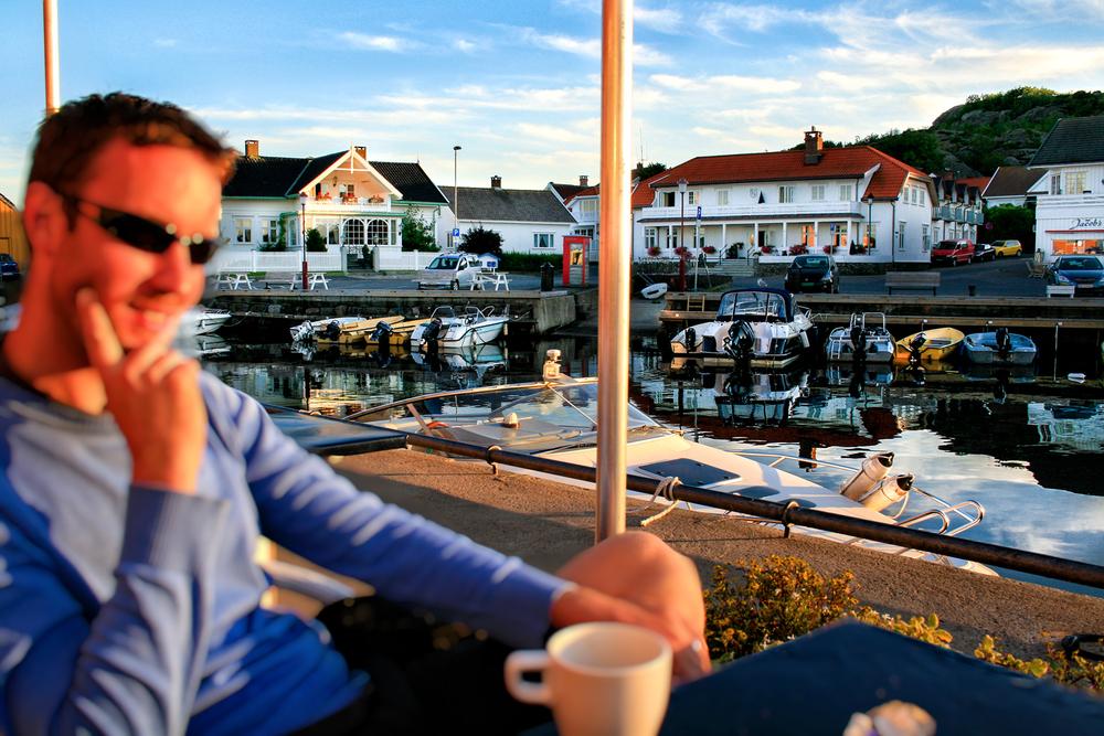 Hotellet  Nevlunghavn Gjestgiveri  (midt i bildet)har nydelig beliggenhet med utsikt til livet i havna.