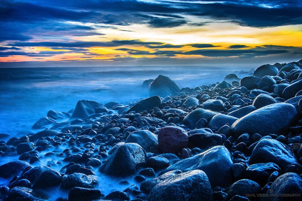 Magiske Mølen.  Mølen er mektig og dramatisk, med kraftige dønninger og skumsprøyt som slår inn fra det vidåpne havet, mot den store rullesteinstranda som har størst tetthet av rullesteiner i Norge. Mølen er også mystisk med alle sine hemmelighetsfulle gravrøyser og de skipsformede steinsettingene fra jernalderen og bronsealderen. Rullesteinstranden har fascinert mennesker i århundrer.