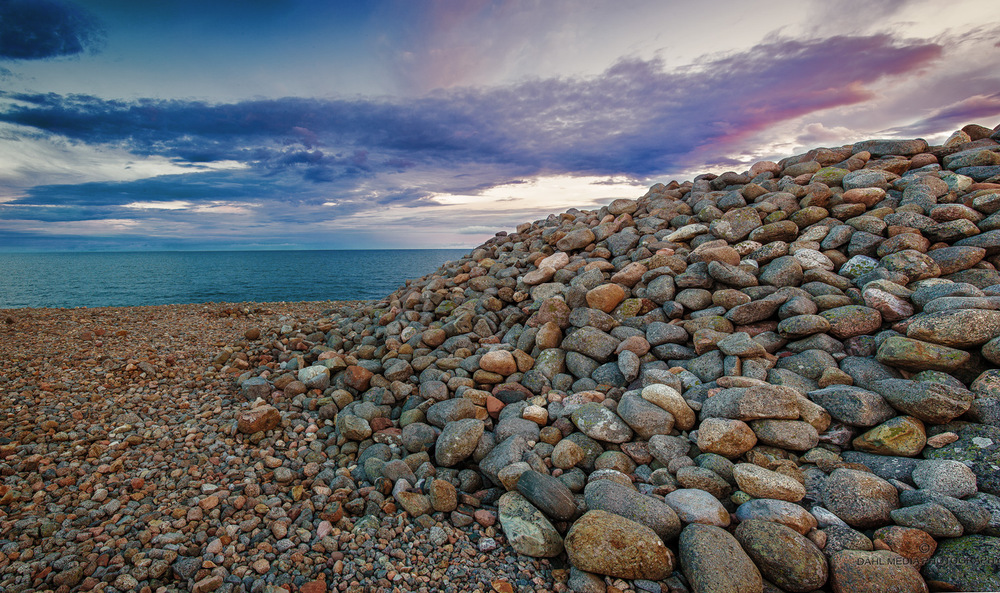 Mølen - et hav av stein. Mølen, landtungen vest for Nevlunghavn er et imponerende skue der den ligger som et hundrevis av kvadratmeter stort steingulv.