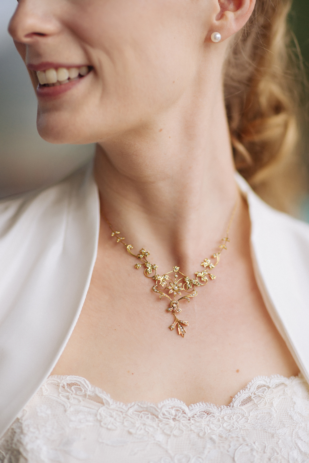 bride-necklace-gold-flowers.JPG