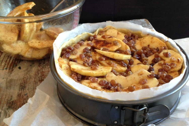 Fill the pan with the apple mixture and press it down. Looks delicious already!