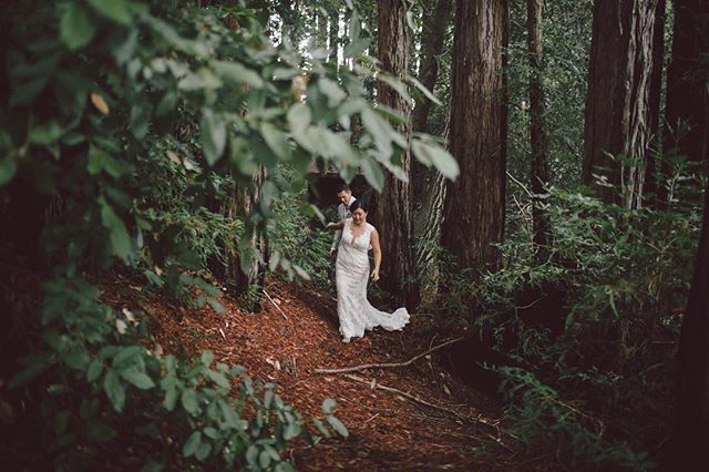 Forest weddings are full of magic ✨🌲🌲 Venue: @sequoiaretreatcenter Planner: @danzanteevents Flowers: @homesweetflowers HMUA: @beautybycherise