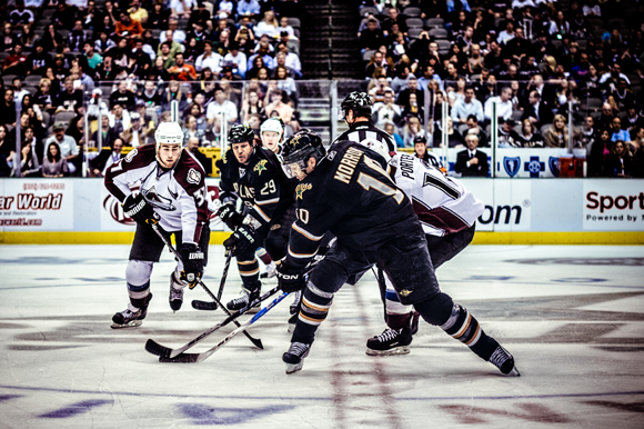 Brenden-Morrow-face-off-win-versus-Colorado-Avalanche-photo-by-Trey-Hill