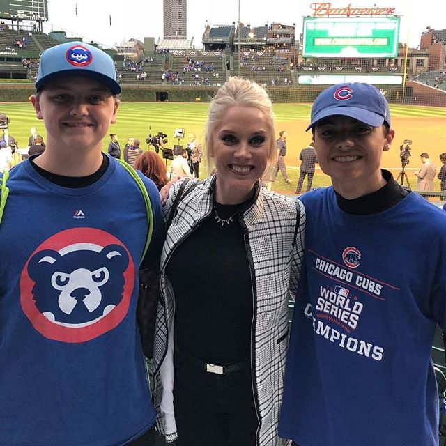 Elijah and Daniel spending a moment with @kelly_crull. She told them to cheer loud tonight!