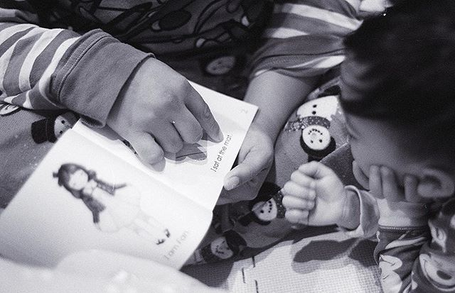 📚 Love seeing (and hearing) Ezra read with Mommy Michelle @littleplayschool ... 🎞 #ilforddelta400