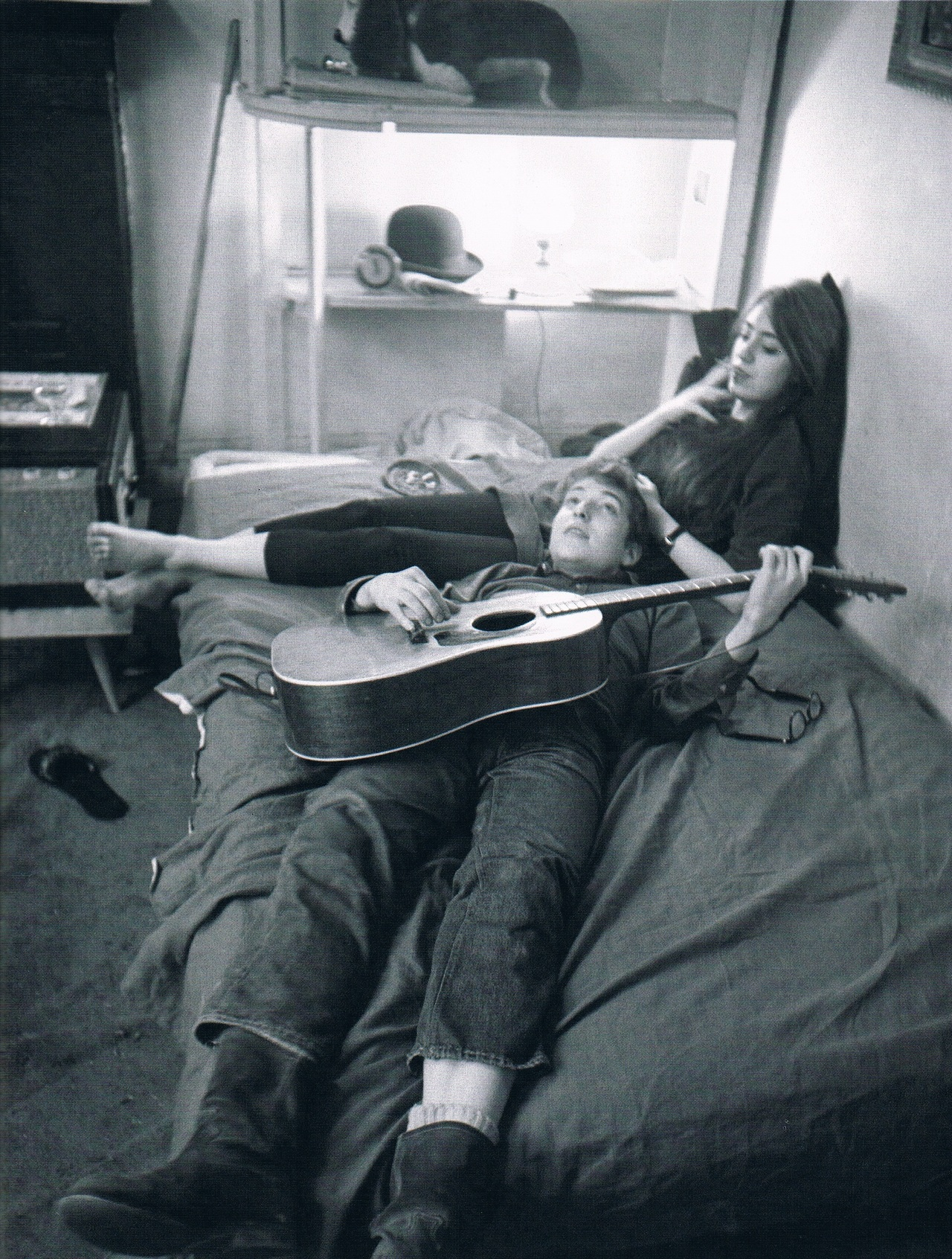 dolphinz-rule: partytights: Bob Dylan and Suze Rotolo at their Greenwich Village apartment, January 1962 this is my fave pic ever tbh
