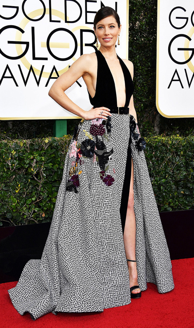 Jessica Biel in  Elie Saab ...love the embellished details on this dress. That deep V is giving me sex and the skirt is giving me class. What a perfect combination! (getty image)