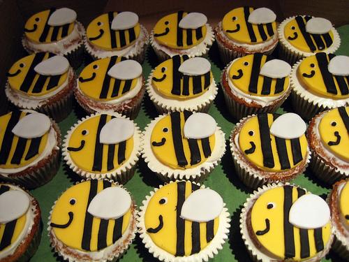 Bumble-Bee Cupcakes (via  PMT CUPCAKES )