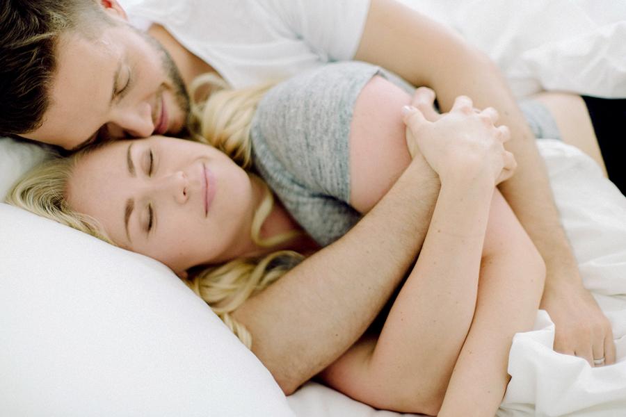 Morning at home couple session parikuvaus kihlakuvaus (25).jpg
