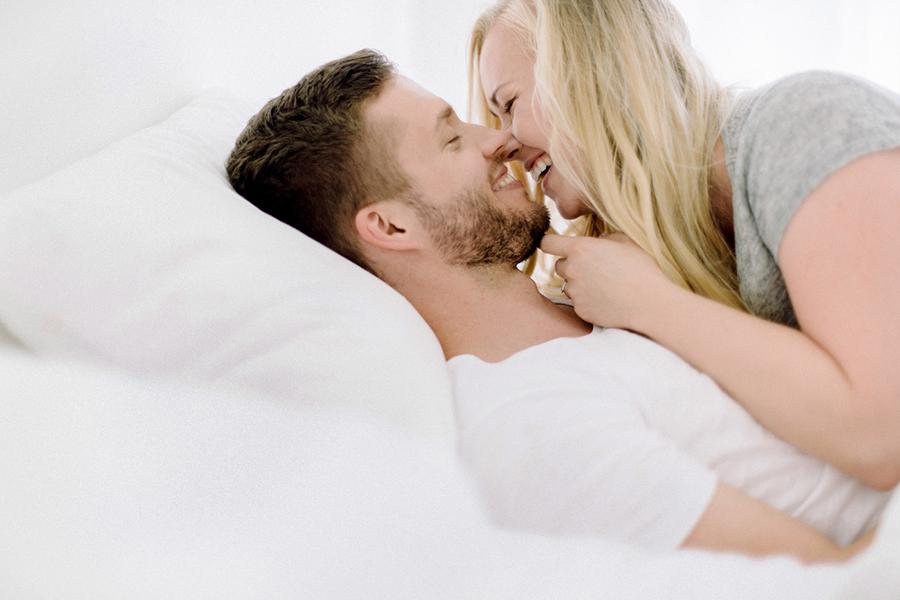 Morning at home couple session parikuvaus kihlakuvaus (31).jpg