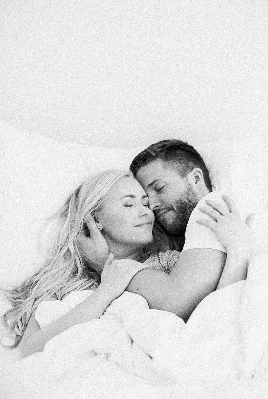 Morning at home couple session parikuvaus kihlakuvaus (43).jpg