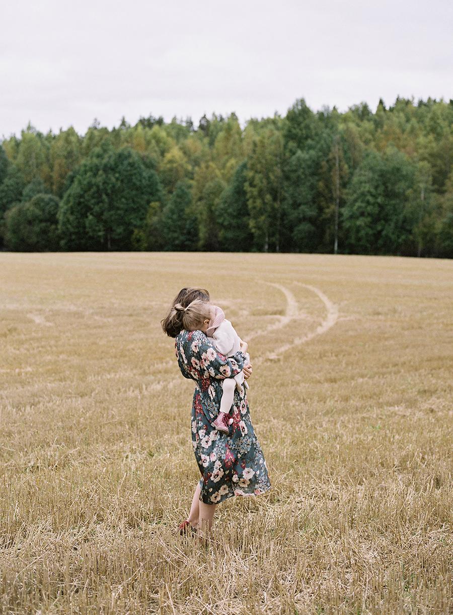 autumnal maternity shoot, odotusajankuvaus, perhekuvaus (12).jpg