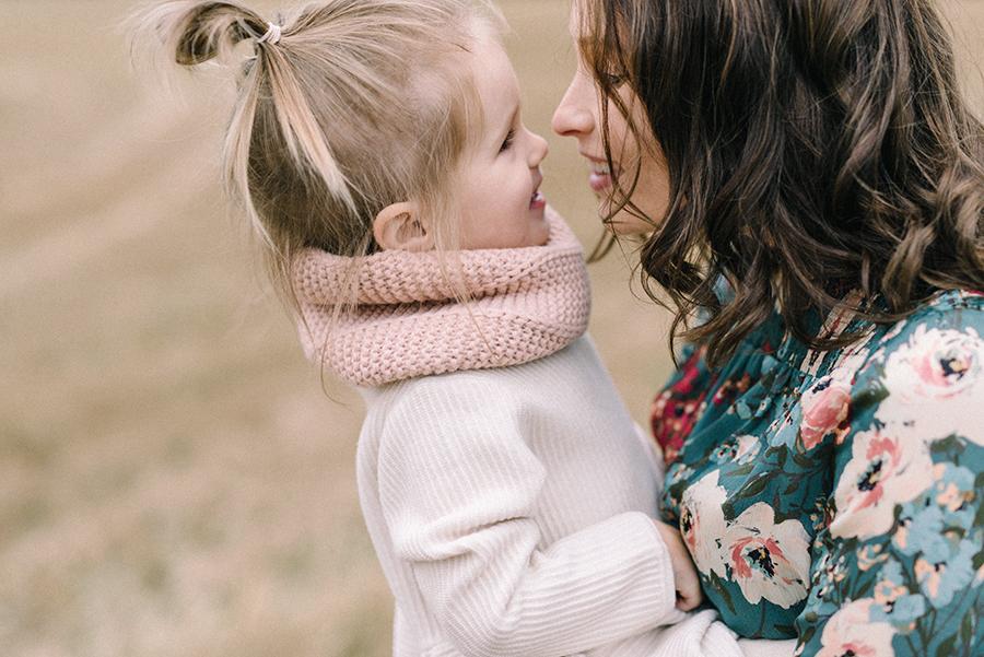 autumnal maternity shoot, odotusajankuvaus, perhekuvaus (13).jpg