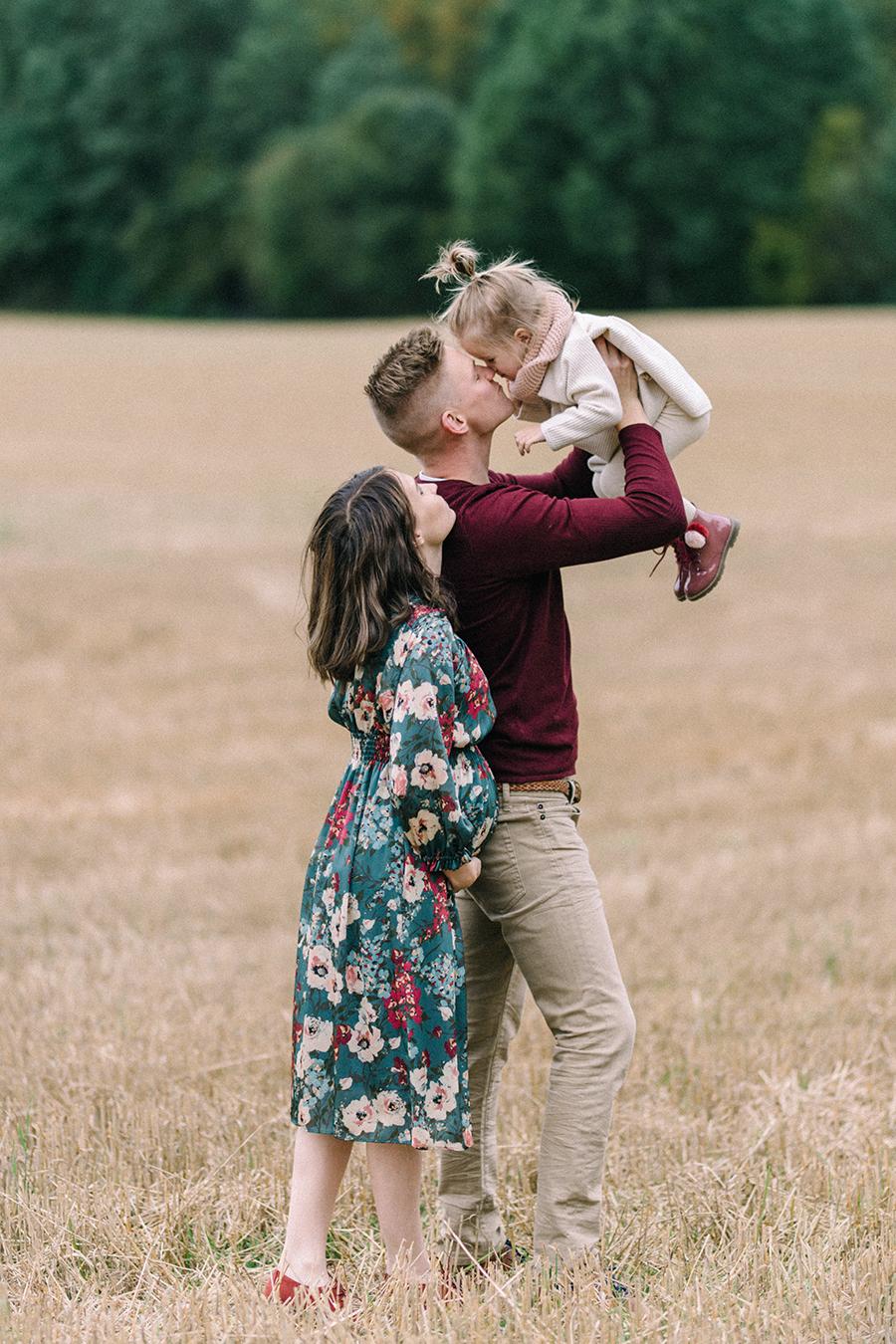 autumnal maternity shoot, odotusajankuvaus, perhekuvaus (20).jpg
