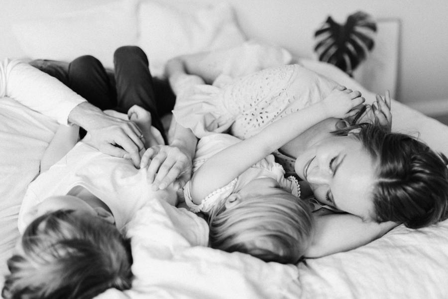 At home maternity shoot, odotusajankuvaus, perhekuvaus (2).jpg