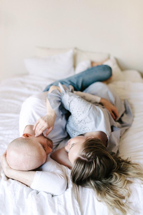 At home maternity shoot, odotusajankuvaus, perhekuvaus (3).jpg