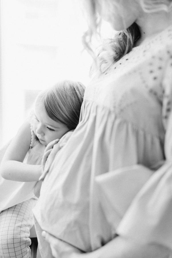 At home maternity shoot, odotusajankuvaus, perhekuvaus (7).jpg