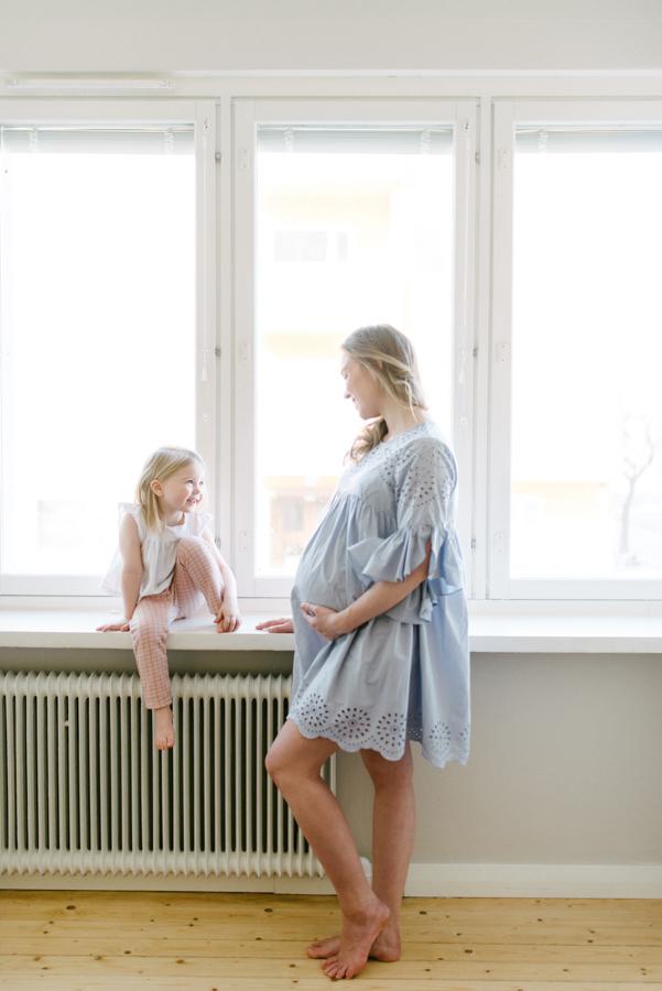 At home maternity shoot, odotusajankuvaus, perhekuvaus (8).jpg