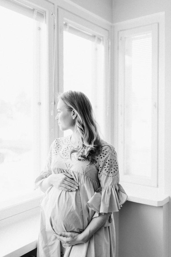 At home maternity shoot, odotusajankuvaus, perhekuvaus (9).jpg