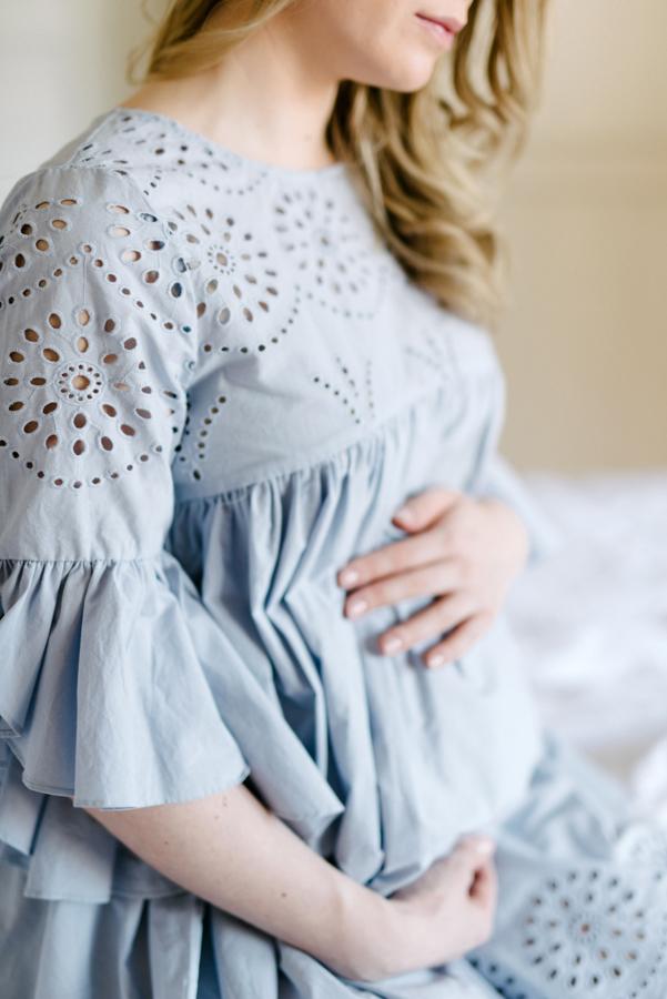 At home maternity shoot, odotusajankuvaus, perhekuvaus (11).jpg